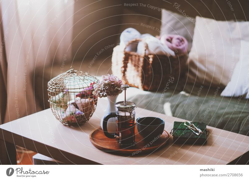 gemütlicher Wintermorgen zu Hause, modernes Wohnzimmer Tee Lifestyle Stil Design Erholung Freizeit & Hobby Wohnung Dekoration & Verzierung Möbel Sofa Tisch Buch