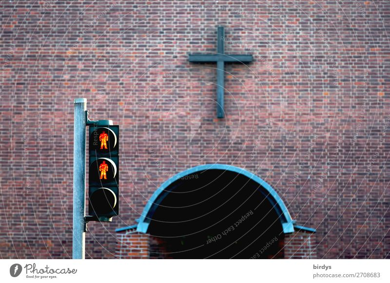 rote Fußgängerampel vor einem Kircheneingang, kein Eintritt, Symbolbild Mauer Wand Ampel Backstein Zeichen Kreuz authentisch grau Macht Hilfsbereitschaft