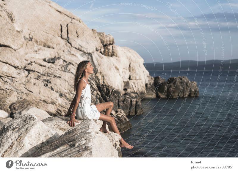 Mädchen am Meer Ferien & Urlaub & Reisen Natur Sommer blau Wasser weiß Landschaft Erholung ruhig Strand Lifestyle Umwelt Küste Glück
