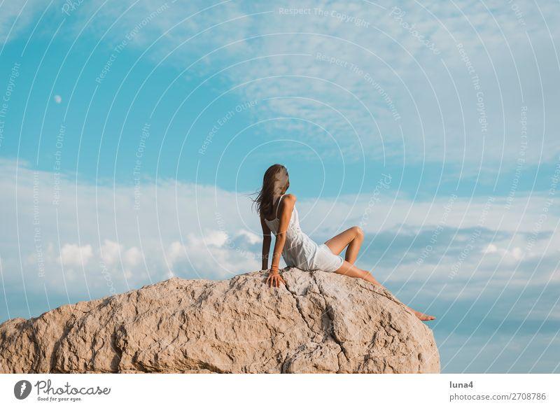 Mädchen auf Felsen Lifestyle Glück Erholung ruhig Freizeit & Hobby Ferien & Urlaub & Reisen Tourismus Sommer Umwelt Natur Landschaft Wasser Küste Kleid sitzen