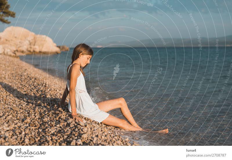 Mädchen am Strand Ferien & Urlaub & Reisen Natur Sommer blau Wasser weiß Landschaft Meer Erholung ruhig Lifestyle Umwelt Küste Glück
