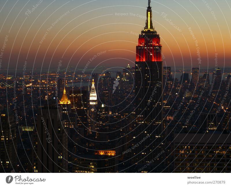 Skyline von Manhattan bei Nacht / New York New York City USA Nordamerika Stadt Hochhaus Brücke Turm Sehenswürdigkeit Wahrzeichen Empire State Building