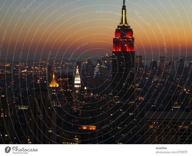 Skyline von Manhattan bei Nacht / New York Stadt rot schwarz Fenster orange Hochhaus Brücke Turm USA Skyline Reichtum Wahrzeichen Sehenswürdigkeit Fortschritt New York City Manhattan