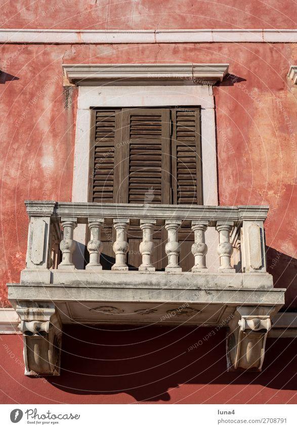 leerer Balkon ruhig Tourismus Haus Stadt Stadtzentrum Altstadt Bauwerk Gebäude Architektur Fassade historisch geschlossen Fensterladen Jalousie Kroatien Reise