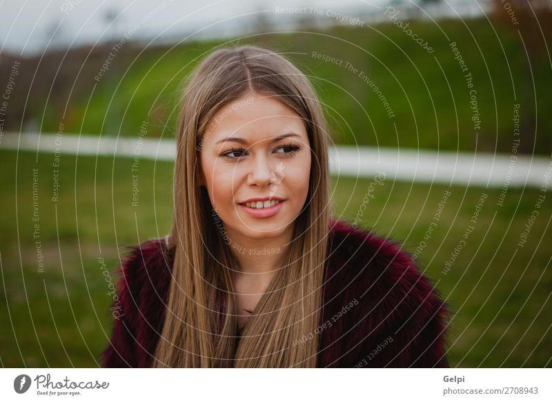 Hübsches blondes Mädchen mit Pelzmantel Lifestyle elegant Stil Glück schön Gesicht Schminke Winter Mensch Frau Erwachsene Natur Wärme Park Straße Mode
