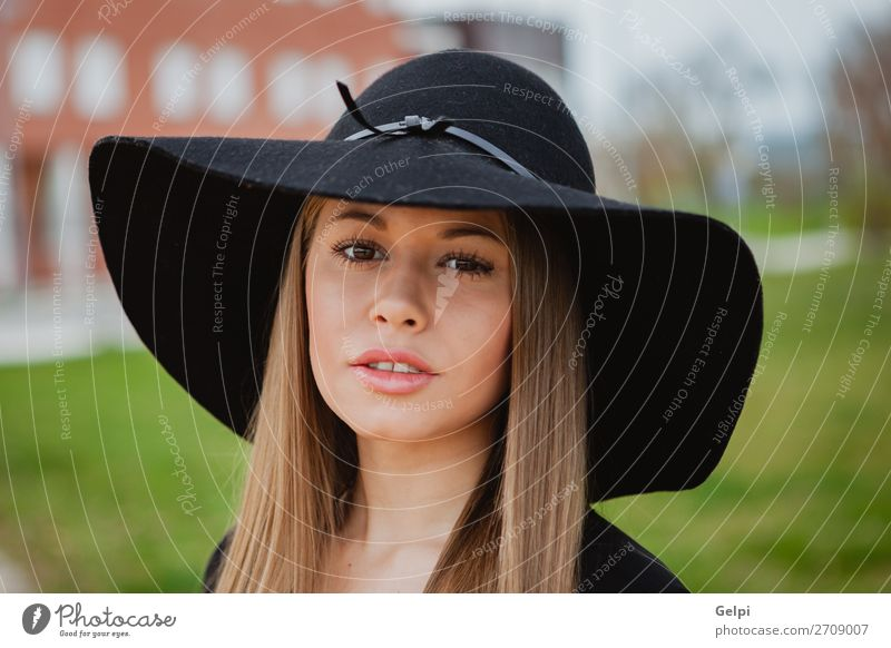Hübsches Mädchen mit Hut Lifestyle Stil Freude Glück schön Gesicht Schminke Mensch Frau Erwachsene Natur Park Straße Mode Bekleidung blond Erotik niedlich retro