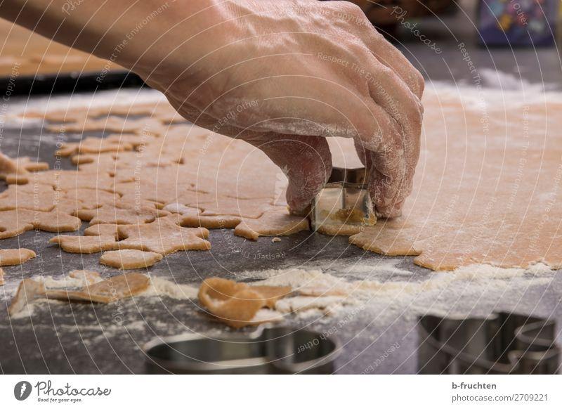 Backstube, Kekse ausstechen, selbstgemacht Weihnachten & Advent Hand Lebensmittel Bewegung Feste & Feiern Arbeit & Erwerbstätigkeit Ernährung frisch Finger