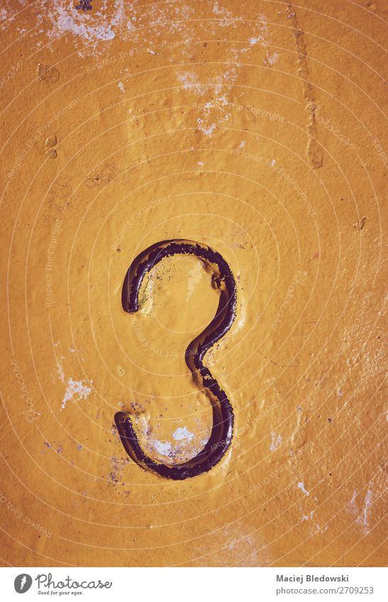 Nummer drei auf gelb lackiertem Stahlgrund. Tapete Ziffern & Zahlen alt dreckig gruselig 3 Hintergrund Grunge altehrwürdig Farbe Fleck gefiltert