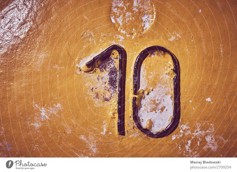 Nummer zehn auf gelb lackiertem Stahlgrund. Tapete Zeichen Ziffern & Zahlen alt dreckig authentisch gruselig trist 10 Hintergrund Grunge altehrwürdig Farbe