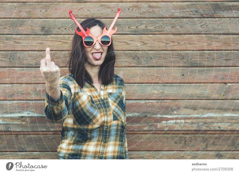 Porträt einer jungen Frau, die mit dem Finger beleidigt. Lifestyle schön Musik Mensch feminin Junge Frau Jugendliche Erwachsene 1 30-45 Jahre Punk Rockabilly