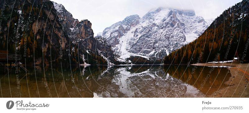 Pragser Wildsee Tourismus Ausflug Winter Schnee Umwelt Natur Landschaft Luft Wasser Wolken schlechtes Wetter Nebel Felsen Alpen Berge u. Gebirge