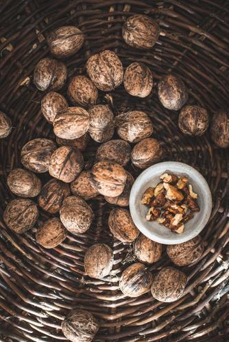 Walnüsse in einem alten Korb. Schalen & Schüsseln Natur Herbst authentisch natürlich braun altehrwürdig Muschelschale brechen Lebensmittel Rissbildung Nut