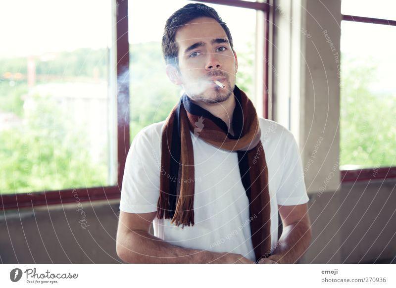 XY maskulin Junger Mann Jugendliche 1 Mensch 18-30 Jahre Erwachsene Mode T-Shirt Schal schön Rauchen Farbfoto Innenaufnahme Tag Schwache Tiefenschärfe Porträt