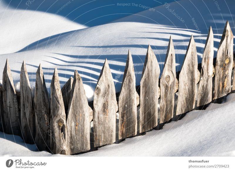 Schnee, Zaun Winter Berge u. Gebirge Garten Umwelt Natur Schönes Wetter Eis Frost Alpen Holz blau braun weiß bedrohlich Identität kalt Überwachung Verbote