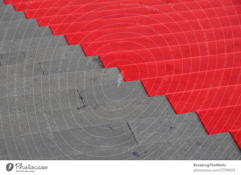 Roter Teppich über Betontreppe Perspektive Feste & Feiern Gebäude Architektur Treppe Stein grau rot Leistung Reichtum Mode Tradition steigen festlich Element