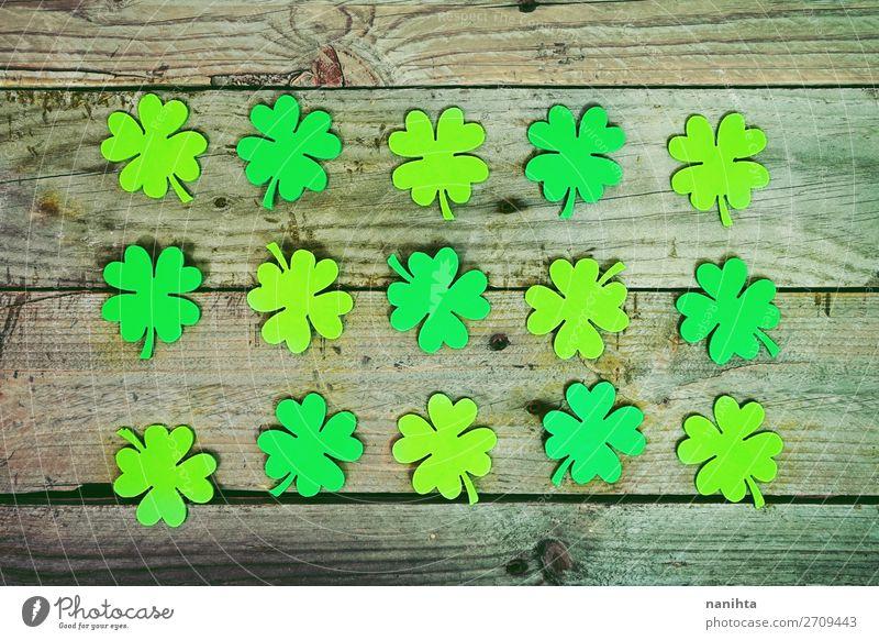 Wunderschöne Nahaufnahme von vielen irischen Kleeblättern. Stil Design Glück Tisch Tapete Feste & Feiern Kultur Blatt Papier Holz Ornament frisch trendy