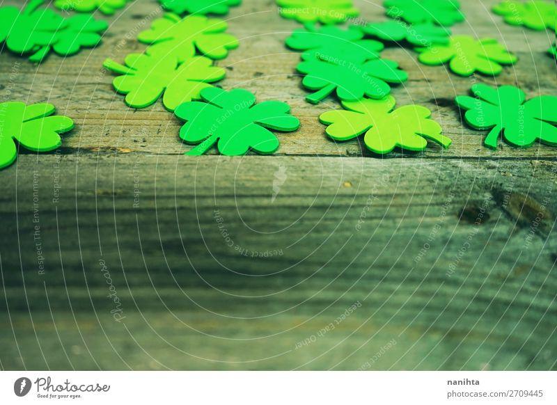 Wunderschöne Nahaufnahme vieler irischer Kleeblätter. Design Glück Tisch Tapete Feste & Feiern Kultur Blatt Papier Holz Ornament trendy grün Farbe Kreativität