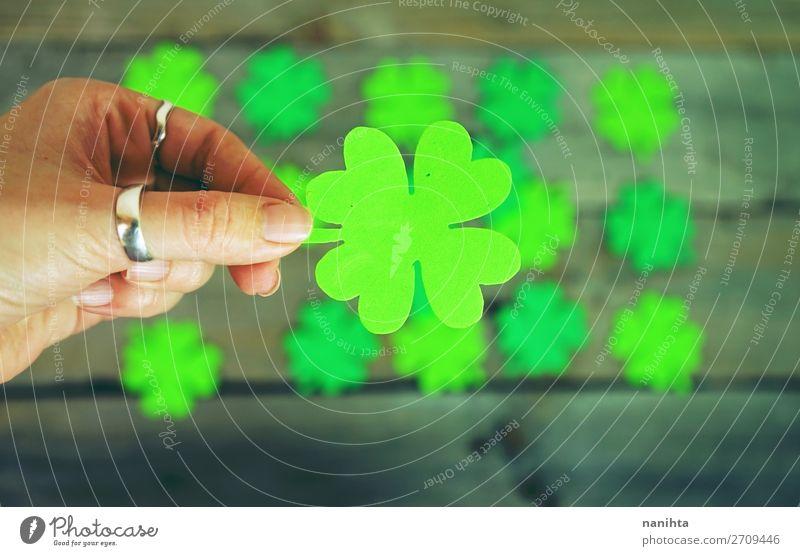 Wunderschöne Nahaufnahme der weiblichen Hand hält einen Klee. Stil Design Glück Tisch Tapete Feste & Feiern Frau Erwachsene Kultur Blatt Ring Papier Holz