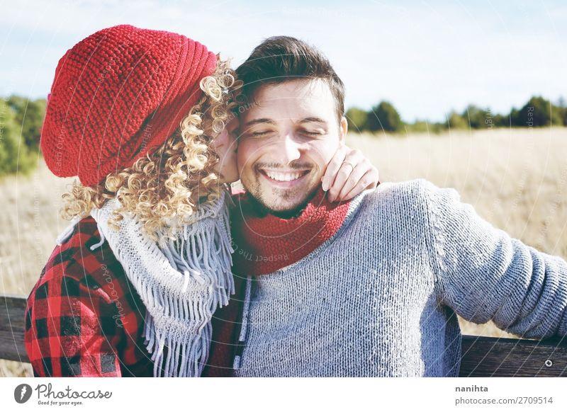 Romantisches junges Paar von einem Küssen Lifestyle Freude Glück schön Leben Sonnenbad Valentinstag Mensch Frau Erwachsene Mann Familie & Verwandtschaft Partner
