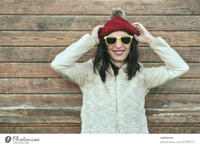 Junge Frau mit Mütze und Sonnenbrille im Winter Lifestyle Freude Ferien & Urlaub & Reisen Ausflug Schnee Mensch feminin Jugendliche Erwachsene 1 30-45 Jahre