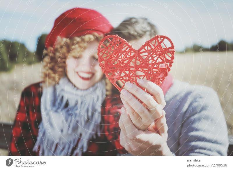 Nahaufnahme eines schönen roten Herzens, das von einem romantischen Paar gehalten wird. Lifestyle Freude Glück Leben Sonnenbad Valentinstag Mensch maskulin
