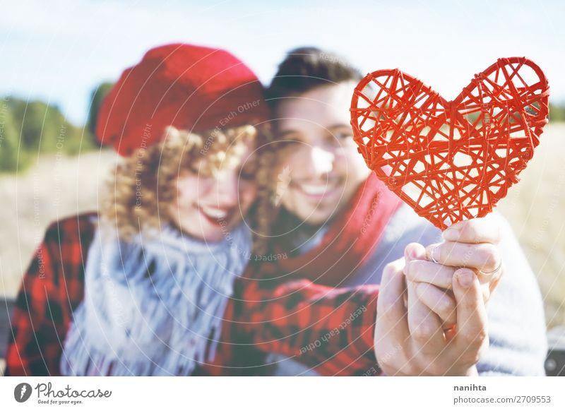 Nahaufnahme eines schönen roten Herzens, das von einem Paar gehalten wird. Lifestyle Glück Leben Sonnenbad Valentinstag Mensch maskulin feminin Frau Erwachsene
