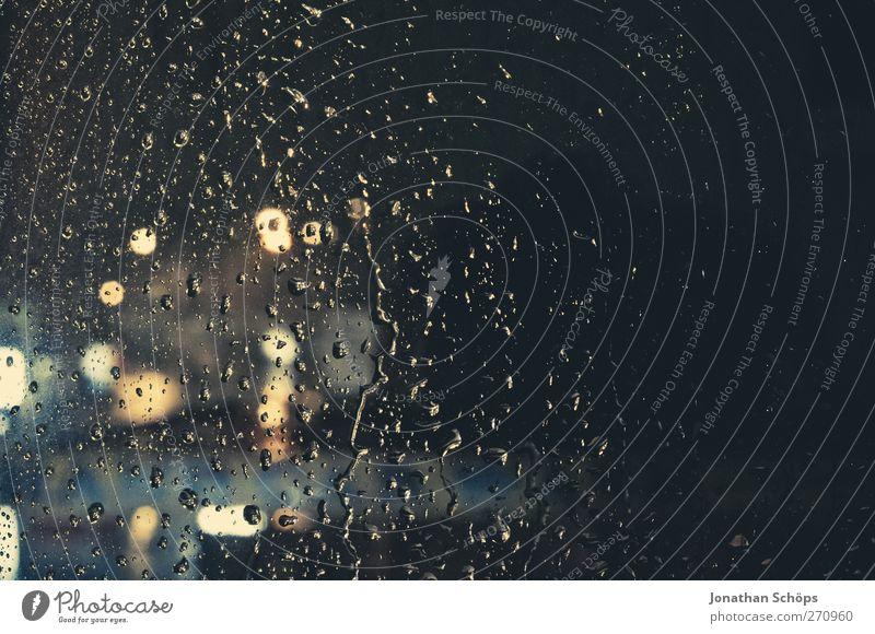 Regen trommelt an mein Fenster VIII Wasser Einsamkeit Gefühle Traurigkeit träumen Hintergrundbild Verkehr ästhetisch Wassertropfen Straßenbeleuchtung