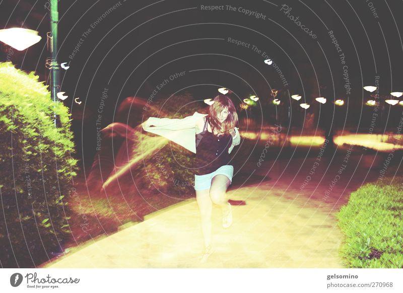Rumpelstilzchen feminin Frau Erwachsene Arme 1 Mensch 18-30 Jahre Jugendliche Natur Garten Park cardigan langhaarig springen elegant frech frei stark verrückt