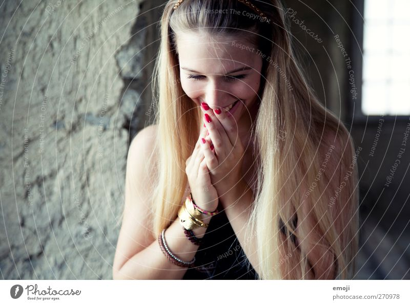 : ] feminin Junge Frau Jugendliche 1 Mensch 18-30 Jahre Erwachsene blond langhaarig schön Glück Lächeln Schüchternheit verlegen Farbfoto Innenaufnahme Tag