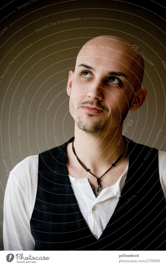 Don Eduardo Mensch maskulin Mann Erwachsene 1 18-30 Jahre Jugendliche T-Shirt Glatze Neugier Interesse Farbfoto Innenaufnahme Textfreiraum links