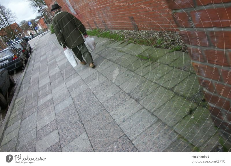 so weit der weg auch ist.. Mann gehen Mensch laufen tragen Wege & Pfade Straße Güterverkehr & Logistik