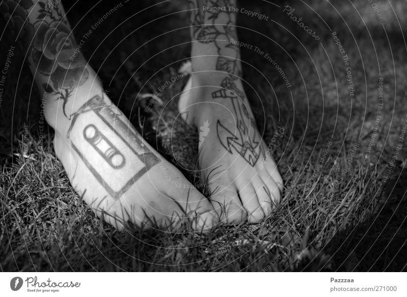 Am Ende des Tanzbeins Sommer Gras Beine Fuß Tanzen Haut Zeichen genießen Tattoo Punk Tänzer Zehen Musikkassette Anker Subkultur