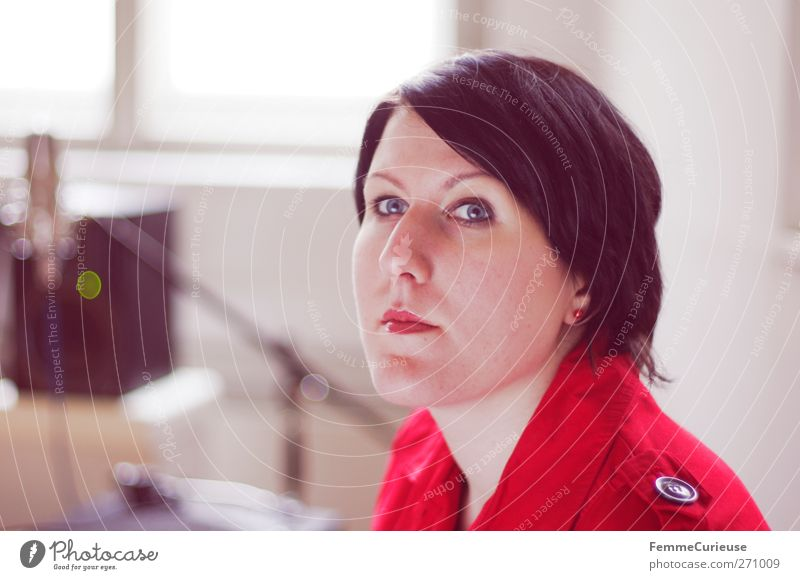 Im Studio. Mensch Frau Jugendliche rot Sonne Erwachsene Fenster feminin Kopf Junge Frau sitzen warten Erfolg 18-30 Jahre hören Konzentration