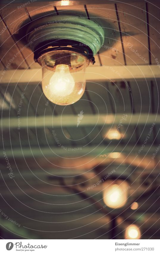 Die gute alte Glühbirne Deckenbeleuchtung Deckenlampe Holz Glas heiß hell rund Licht Lichtschein Elektrizität Energie Farbfoto Innenaufnahme Menschenleer