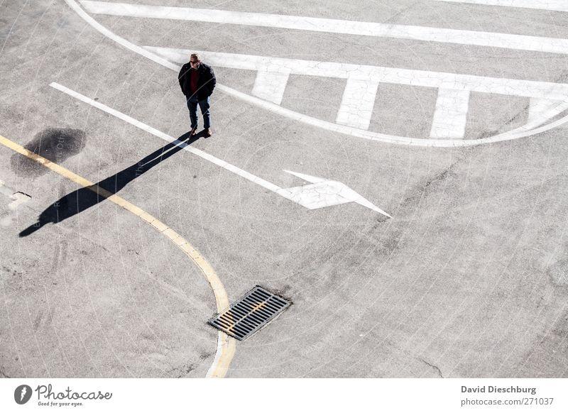 Eingeschränkte Möglichkeiten Mensch Mann weiß Erwachsene Straße Wege & Pfade Denken warten stehen nachdenklich Streifen einzeln Zeichen Pfeil Verkehrswege Richtung