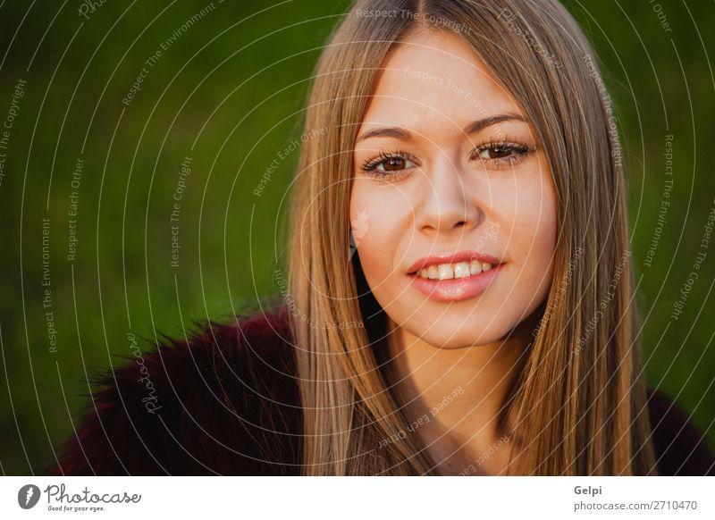 Schönes Porträt eines blonden Mädchens Lifestyle elegant Stil Freude Glück schön Gesicht Schminke Mensch Frau Erwachsene Natur Gras Park Mode Lächeln trendy