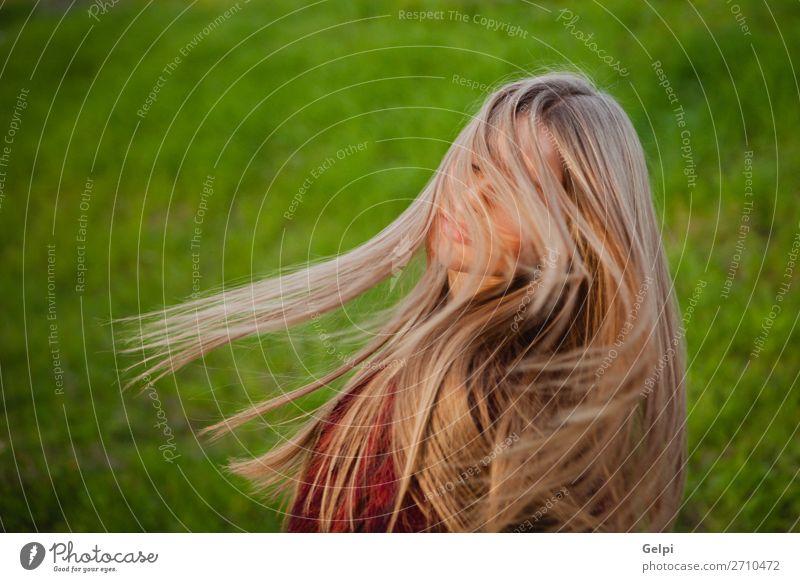 Hübsches blondes Mädchen mit einem schönen langen Lifestyle Stil Glück Haare & Frisuren Gesicht Mensch Frau Erwachsene Natur Wind Gras Park Mode Lächeln Erotik
