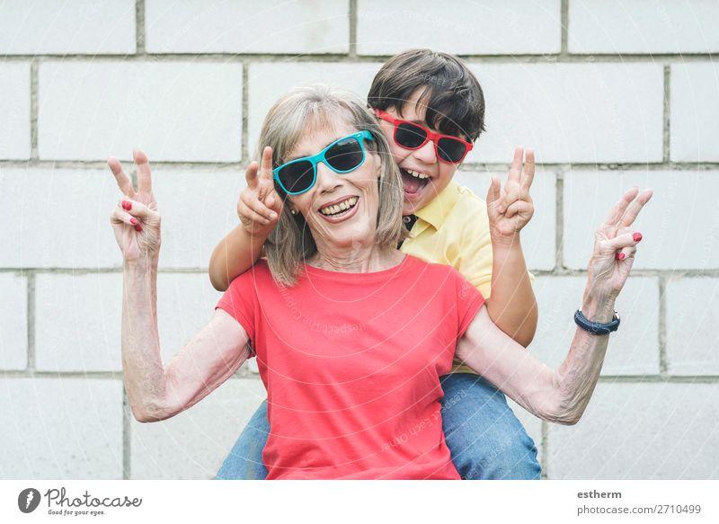 lustige Großmutter und Enkel mit Sonnenbrille Lifestyle Freude Ferien & Urlaub & Reisen Sommer Ruhestand Mensch maskulin feminin Kind Großeltern Senior
