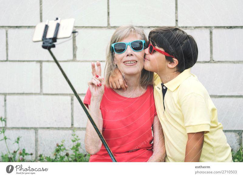 Großmutter und Enkel nehmen Selfie mit dem Smartphone. Lifestyle Freude Ruhestand Handy Fotokamera Mensch maskulin feminin Weiblicher Senior Frau Großeltern