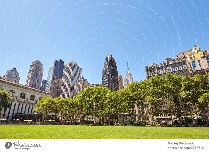 New Yorker Skyline vom Bryant Park, USA aus gesehen. Freizeit & Hobby Ferien & Urlaub & Reisen Tourismus Sightseeing Städtereise Sommer Büro Natur Himmel