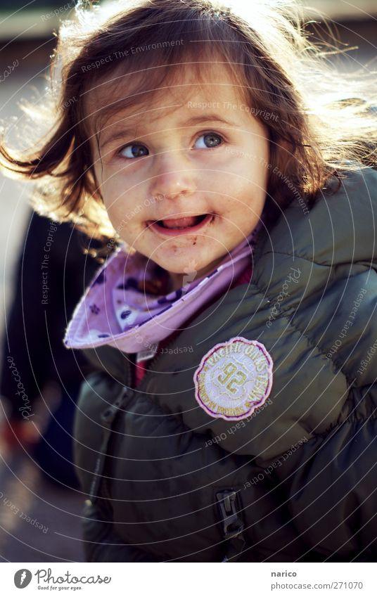 kleines Schokolächeln Mensch Kind Mädchen Freude feminin Gefühle Stimmung Zufriedenheit Kindheit frei Fröhlichkeit leuchten süß beobachten Lächeln Kleinkind