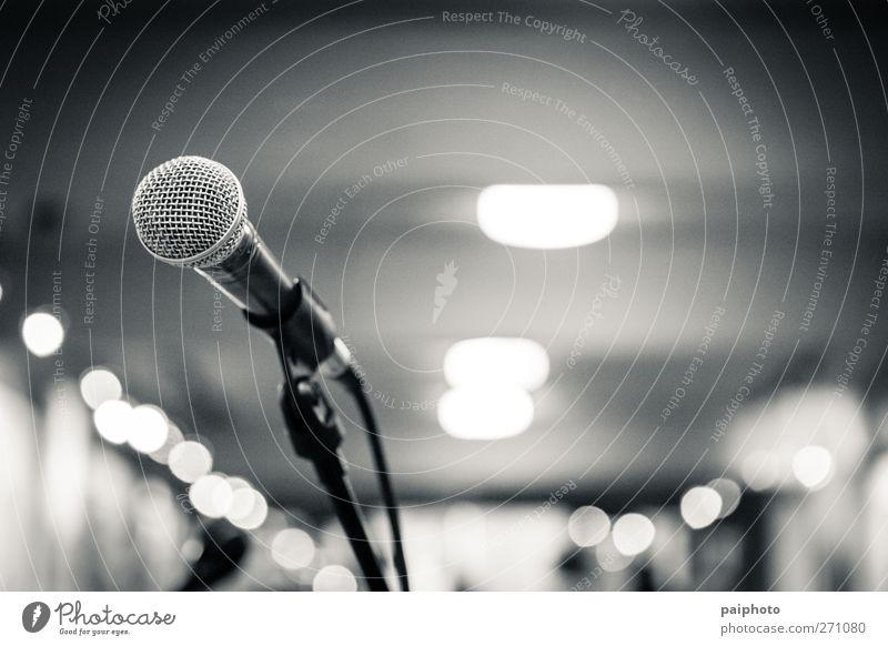 Mikrofon 1 Schwarzweißfoto música francesa Mikrofonkabel Konzert Musik leer Halle Saal