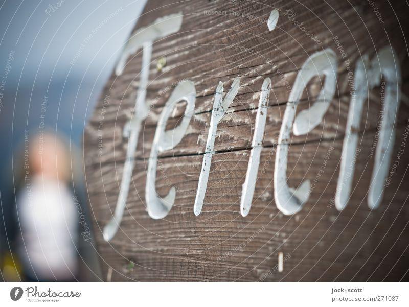 Gastfreundschaft Mensch Frau Ferien & Urlaub & Reisen weiß Freude Ferne Erwachsene feminin Wege & Pfade Holz hell braun Freizeit & Hobby elegant Zufriedenheit Schilder & Markierungen