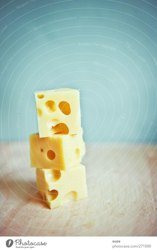 Dreikäsehoch Lebensmittel Käse Milcherzeugnisse Ernährung Bioprodukte Vegetarische Ernährung frech lecker lustig blau gelb Idee Kreativität Käsewürfel Humor
