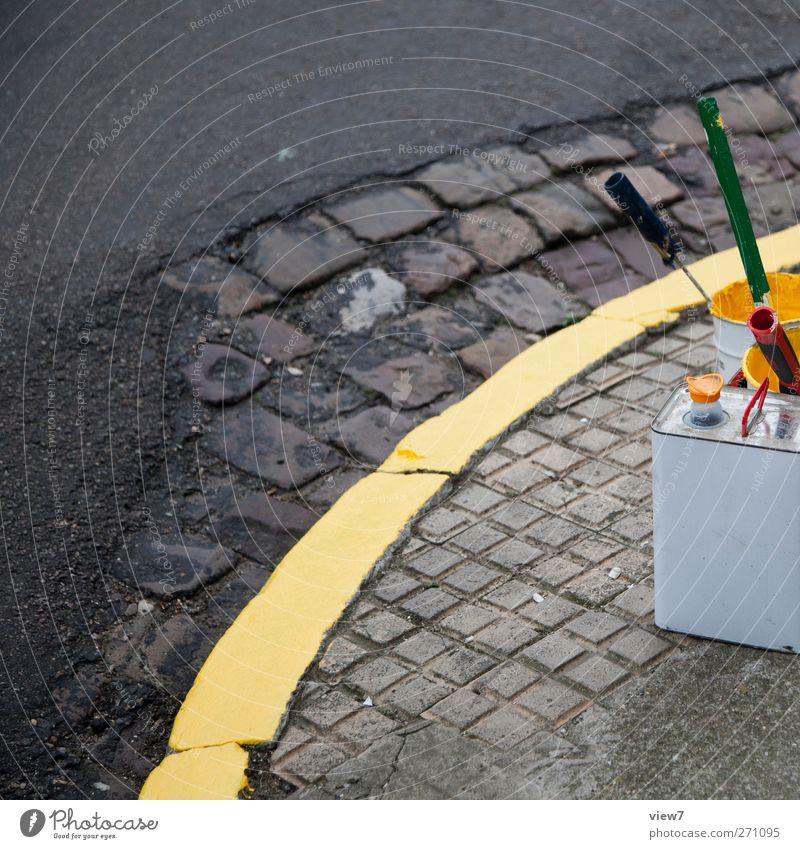 frisch gestrichen gelb Straße Wege & Pfade Farbstoff Stein Linie Schilder & Markierungen Beton Verkehr frisch authentisch Hinweisschild Pause einfach Verkehrswege Kopfsteinpflaster