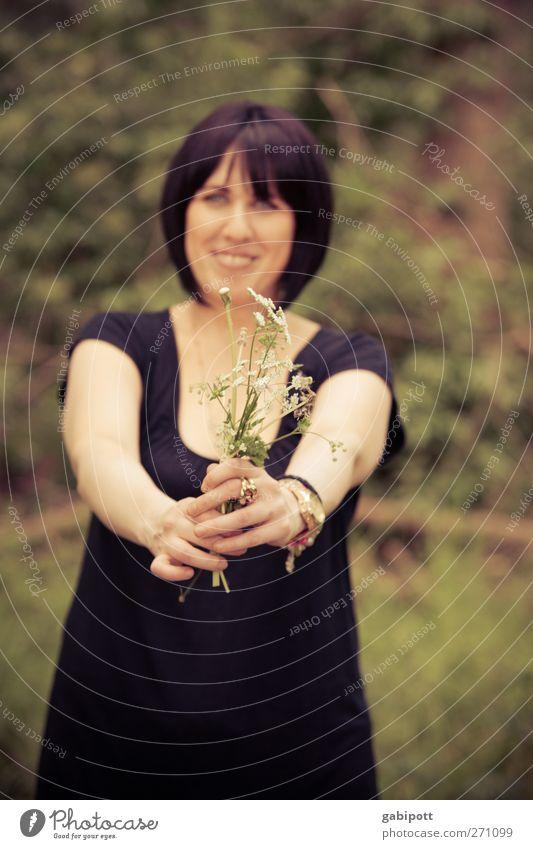 Blumenmädchen Mensch Natur Jugendliche grün schön Pflanze Sommer Freude feminin Leben lachen Freundschaft braun Junge Frau natürlich