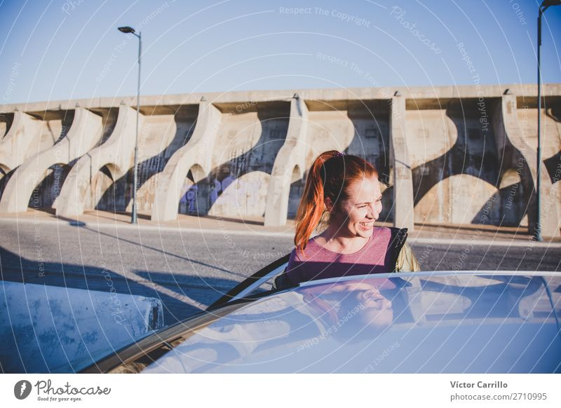 Junge rothaarige Frau, die in einem Auto unterwegs ist. Lifestyle elegant Stil Mensch feminin Junge Frau Jugendliche Erwachsene 1 30-45 Jahre Straße Fahrzeug
