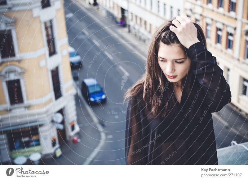 * Mensch Jugendliche Stadt schön Haus Erwachsene Erholung Straße feminin Leben Freiheit Haare & Frisuren Denken PKW träumen Junge Frau