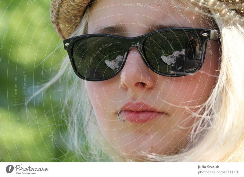Li Mensch Jugendliche grün Sommer Junge Frau schwarz Erwachsene 18-30 Jahre feminin Kopf blond Coolness Hut langhaarig Sonnenbrille Piercing