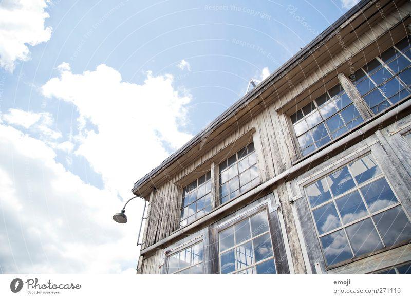 himmelhoch - jauchzend Himmel Wolken Schönes Wetter Haus Traumhaus Industrieanlage Bauwerk Gebäude Architektur Mauer Wand Fassade blau Reflexion & Spiegelung